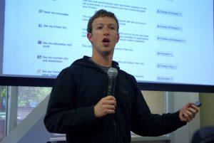 mark zuckerberg con il microfono durante una delle sue presentazioni facebook